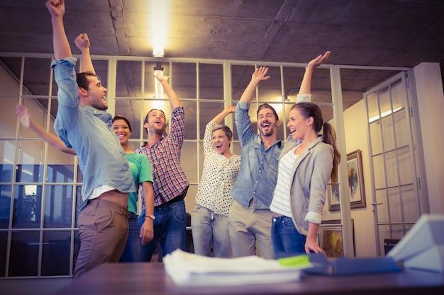 Creatief commercieel team die hun handen golven Premium Foto