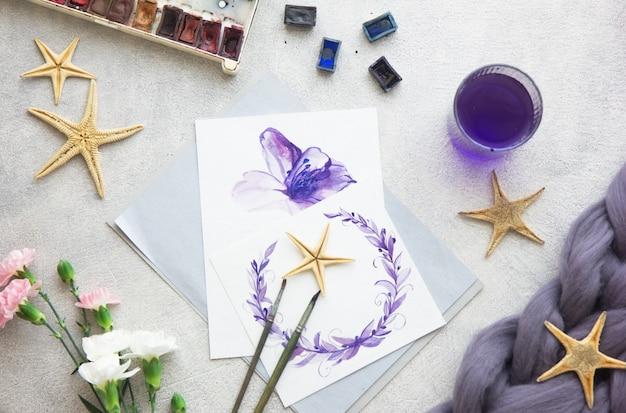 Creatief schilderen van heldere waterverfverven, kleurpotloden, penselen voor het tekenen van bloemen. bovenaanzicht Premium Foto