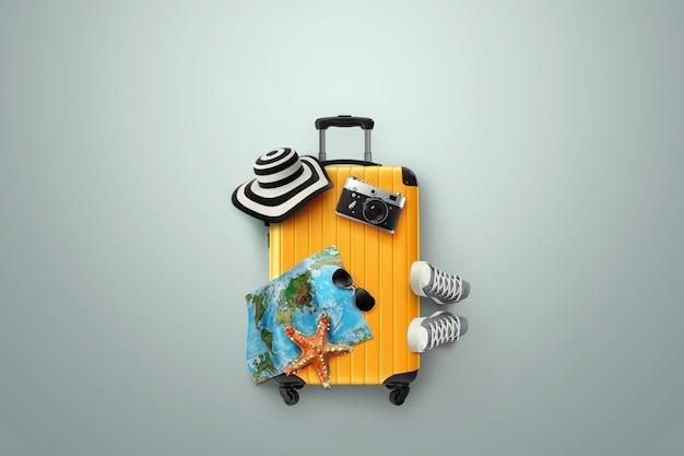 Creatieve achtergrond, gele koffer, sneakers, kaart op een grijze achtergrond Premium Foto