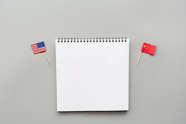 Creatieve bovenaanzicht plat leggen van de vs en china vlaggen, mockup en kopie ruimte op grijs Premium Foto