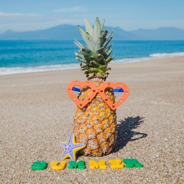 Creatieve compositie op zand Gratis Foto