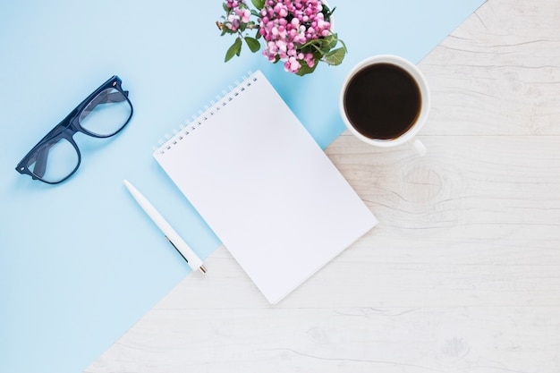 Creatieve desktop met notebook en koffie Gratis Foto
