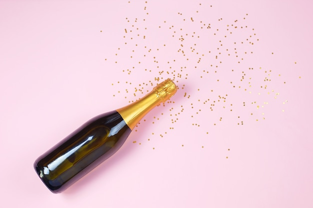 Creatieve foto van champagnefles met confetti Premium Foto