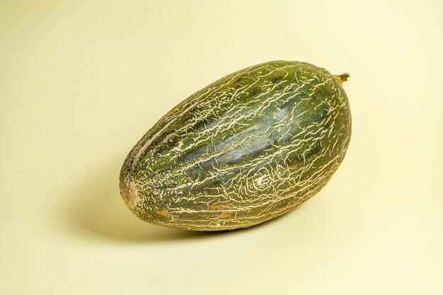 Creatieve foto van smakelijke meloen op gele achtergrond. sluit omhoog mening over de zoete meloen van het de zomerfruit. eten foto concept. kunstwerk met watermeloen Premium Foto