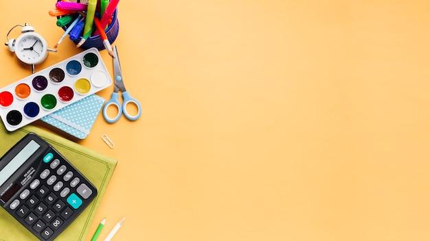 Creatieve heldere kantoorbehoeften op beige achtergrond Gratis Foto