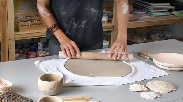 Creatieve keramist die in zijn atelier werkt. klein bedrijfsconcept Premium Foto