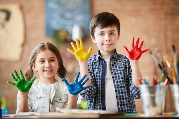 Creatieve kinderen poseren Premium Foto