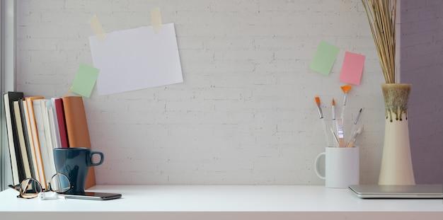 Creatieve kunstenaarsstudio met exemplaarruimte en het schilderen hulpmiddelen Premium Foto