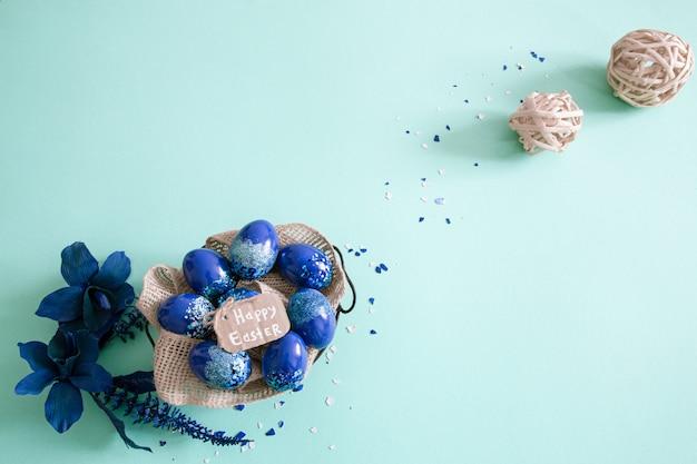 Creatieve pasen achtergrond, met trend blauwe eieren. Gratis Foto