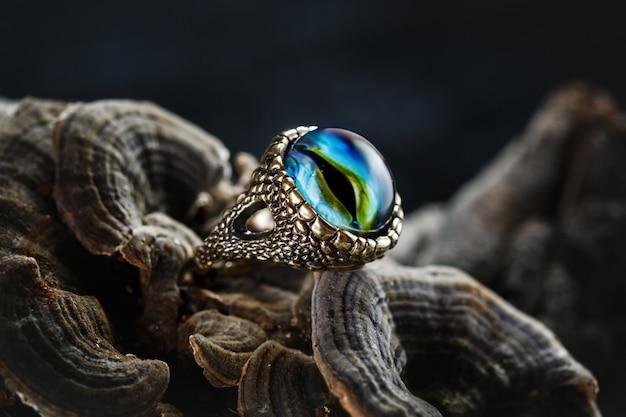 Creatieve ring met drakenoog Premium Foto