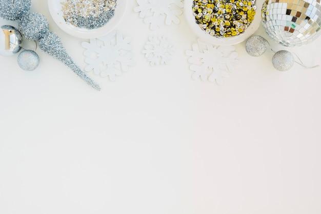 Creatieve samenstelling van sparkles en confetti Gratis Foto