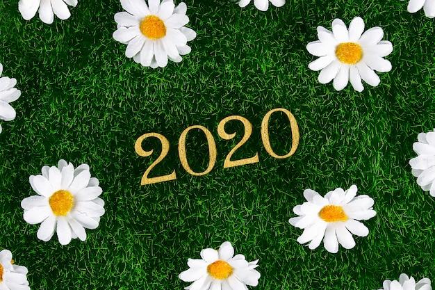Creatieve tekst gelukkig nieuwjaar 2020 geschreven in gouden houten letters. Premium Foto