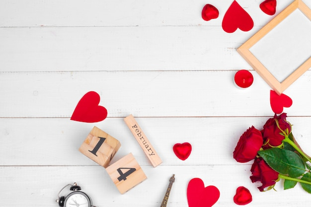 Creatieve valentine day-romantische samenstellingsvlakte legt hoogste van de de vakantieviering van de meningsliefde rode het hartkalender datum witte houten achtergrond Premium Foto