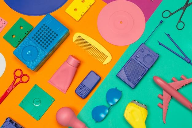 Creatieve vlakke lay met vakantie accesoires Premium Foto