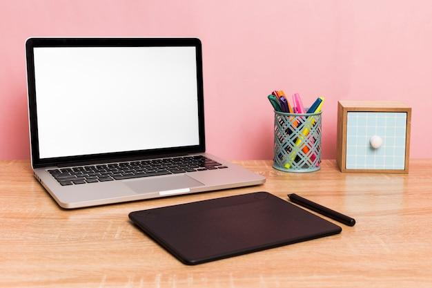 Creatieve werkruimte met laptop en grafisch tablet Gratis Foto