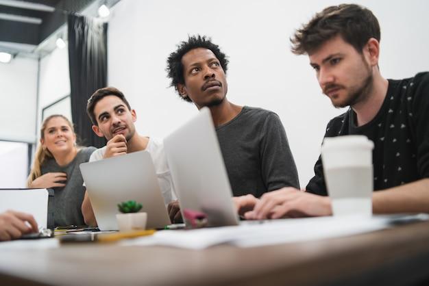 Creatieve zakenmensen luisteren naar collega Gratis Foto