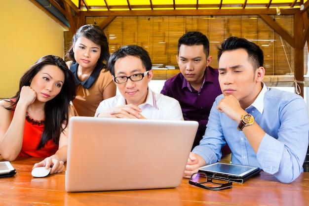 Creative business asia, teamvergadering op kantoor Premium Foto