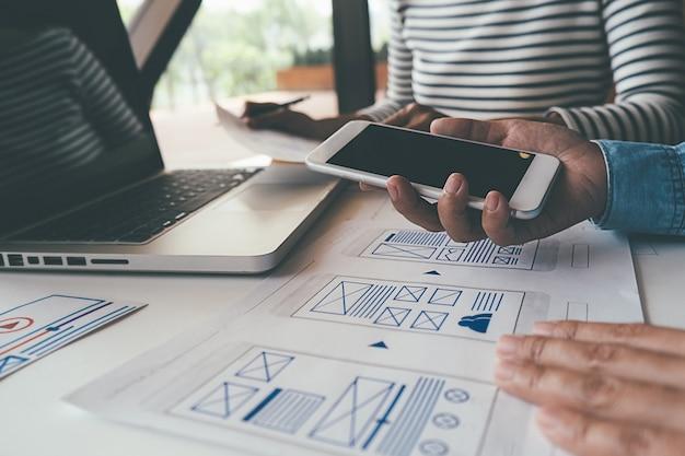 Creative web designer planningsapplicatie en ontwikkeling van sjabloonlay-out, framework voor mobiele telefoon. Premium Foto