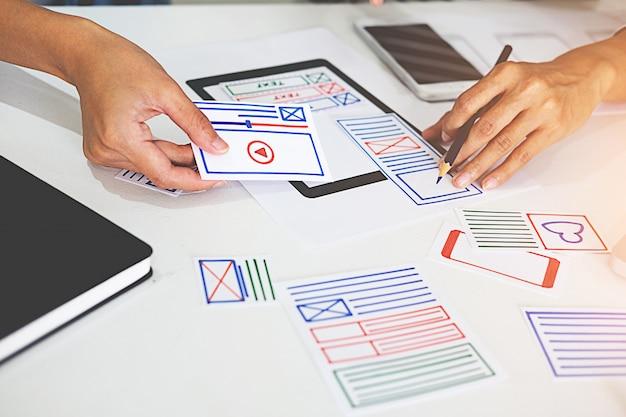 Creative web designer-planningstoepassing en het ontwikkelen van een sjabloonlay-outraamwerk Premium Foto