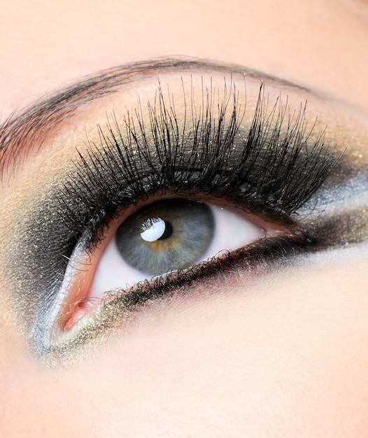 Creativiteit goudbruine moderne make-up met lange wimpers Gratis Foto
