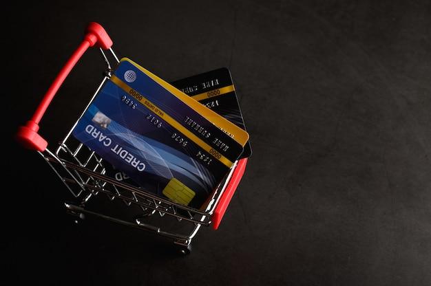 Creditcard op het winkelwagentje geplaatst om het product te betalen Gratis Foto