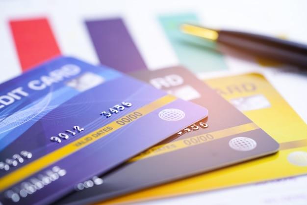 Creditcardmodel op ruitjespapier en pen. Premium Foto