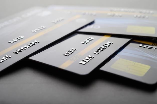 Creditcards die op de vloer worden gestapeld Gratis Foto