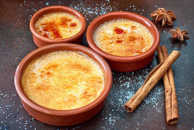 Crème brulee (crème brulee, verbrande room) in terracotabakken Premium Foto
