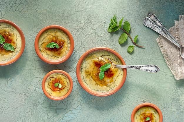 Creme brulee, of crema catalana, de spaanse variant van dit traditionele vla dessert, gemaakt in traditionele cazuela-gerechten Premium Foto