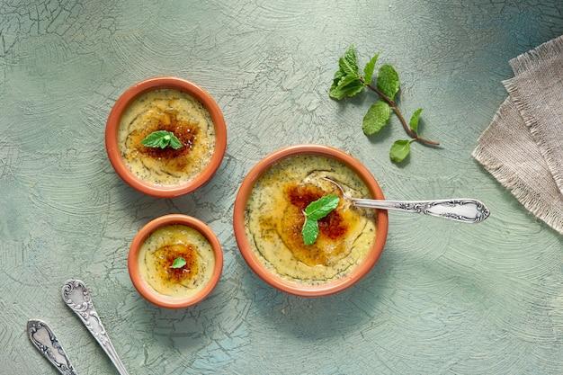 Creme brulee, of crema catalana, de spaanse variant van dit traditionele vla dessert Premium Foto