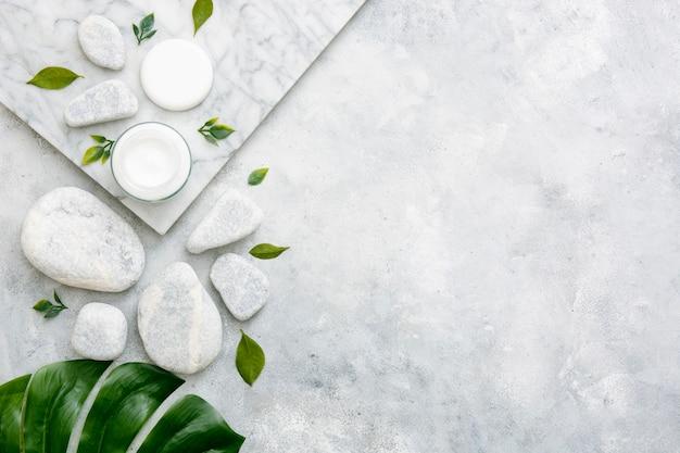 Crème en wattenschijfjes ernaast met kopie-ruimte Gratis Foto