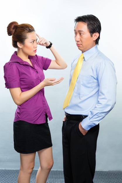 Crisis in aziatisch bedrijfsbureau onder collega's Premium Foto