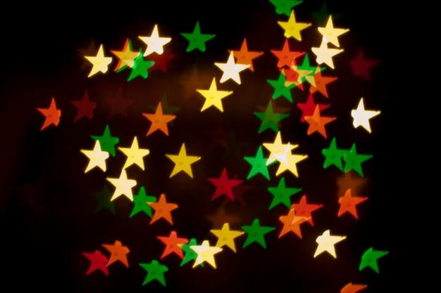 Cristmas-wenskaartachtergrond, lichteffecten en kleurrijke decoratie Premium Foto