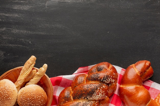 Croissant en gebak op tafelkleed Gratis Foto