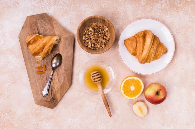 Croissant en vers fruit bovenaanzicht Gratis Foto
