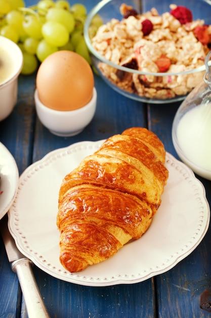 Croissant met melk, ei Premium Foto