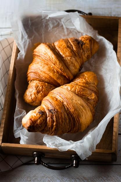Croissants in houten kist Gratis Foto