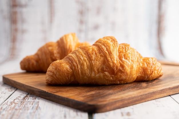 Croissants op een houten snijplank. Gratis Foto