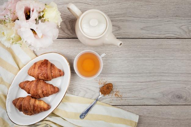 Croissants op houten achtergrond Gratis Foto