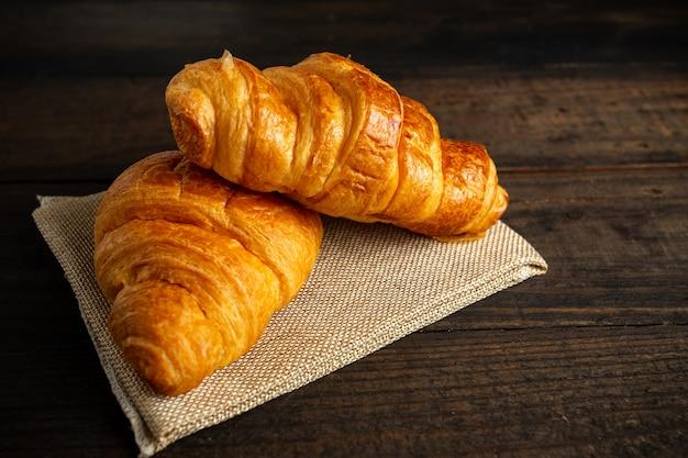 Croissants op oude houten tafel. Gratis Foto