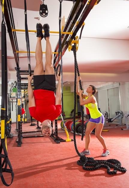 Crossfit fitness dip ring man training ondersteboven op gymnasium Premium Foto