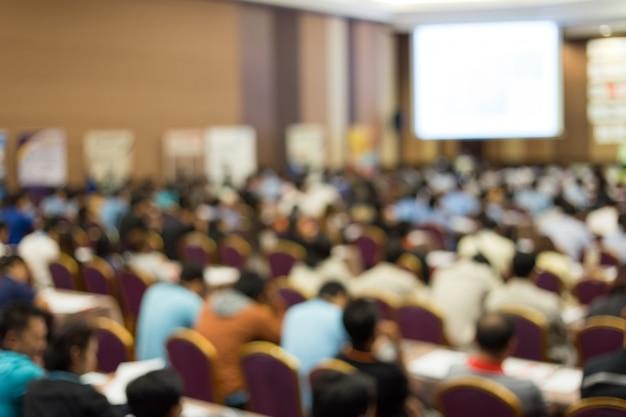 Crown luistert naar de spreker die op zakelijke bijeenkomst praat. publiek in de conferentiezaal. zakelijk en ondernemerschap. kopieer de ruimte op wit bord. Premium Foto