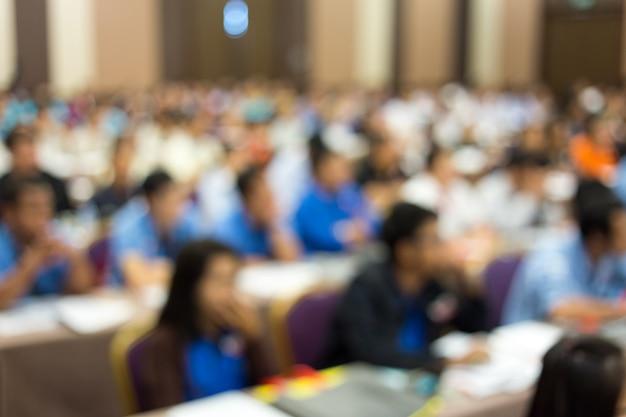 Crown luistert naar de spreker die op zakelijke bijeenkomst praat. Premium Foto