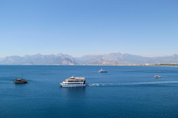 Cruiseschip in de middellandse zee in de zomer. antalya weergave concept Premium Foto