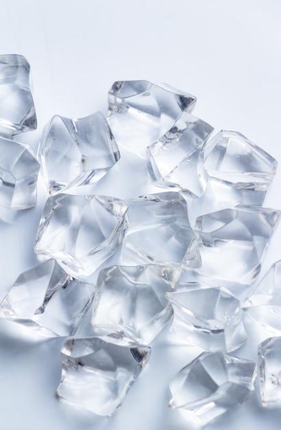 Crystal op de witte vloer Premium Foto