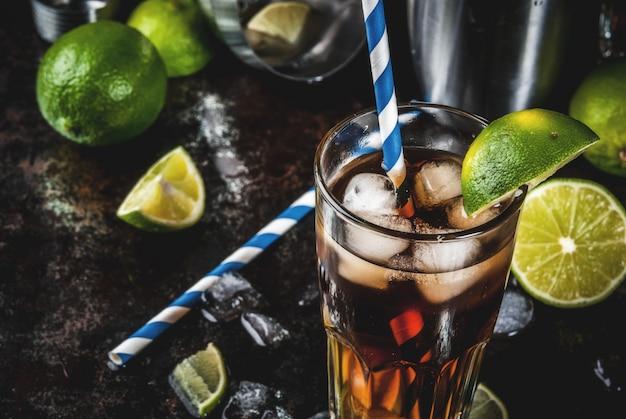 Cuba libre, long island of ijsthee cocktail met sterke alcohol, cola, limoen en ijs, twee glazen Premium Foto
