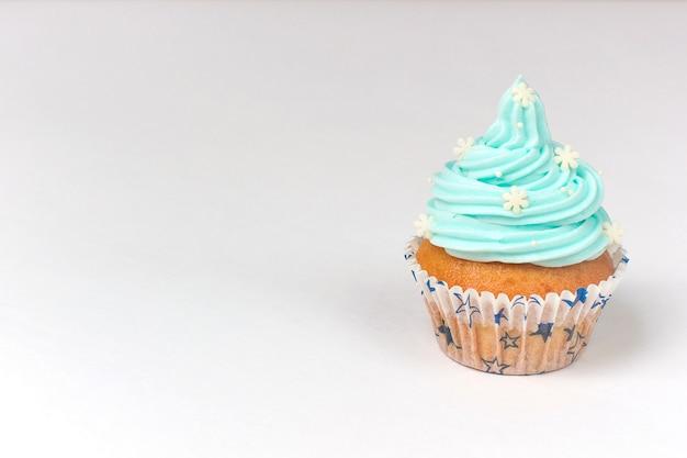 Cupcake versierd met suikersneeuwvlokken en blauwe room. kerstmis winter cupcakes Premium Foto