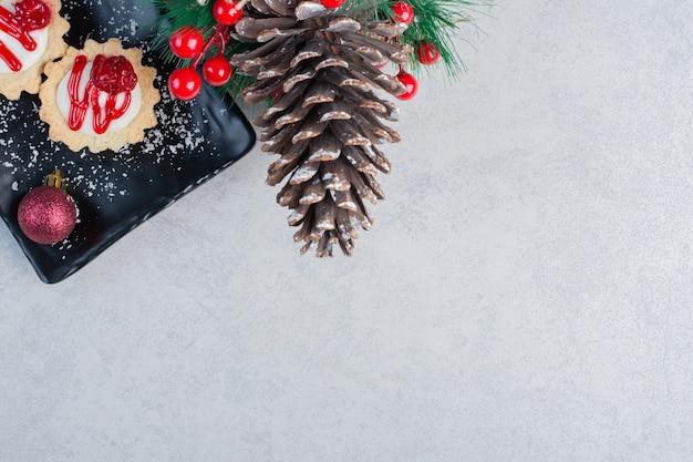 Cupcakes en kerst ornament op marmeren oppervlak Gratis Foto