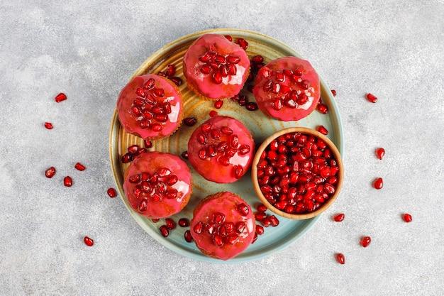 Cupcakes met granaatappeltopping en zaden. Gratis Foto
