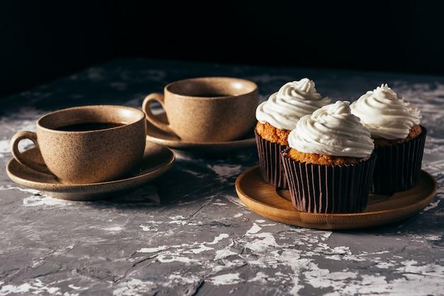 Cupcakes met kopjes koffie. Premium Foto